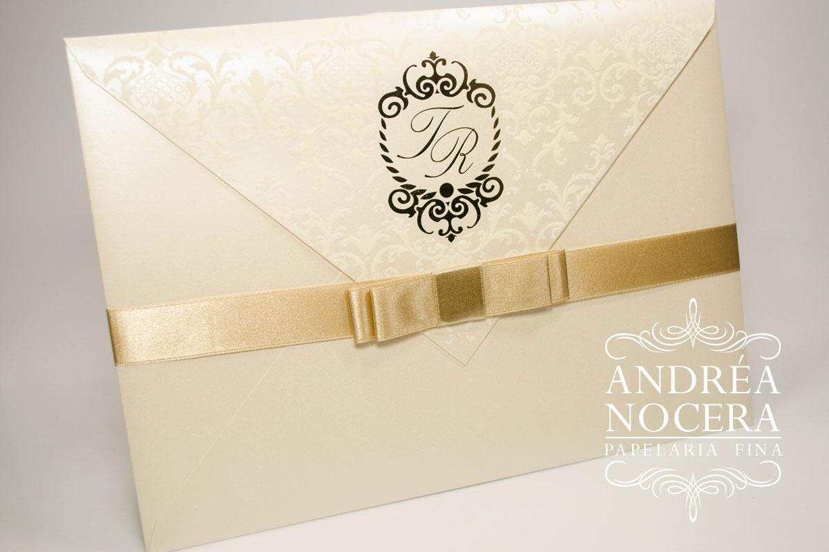 Convite de Casamento com Brasão Dourado e Flocagem