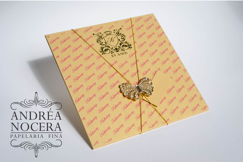 Convite de debutante dourado com flores e borboleta