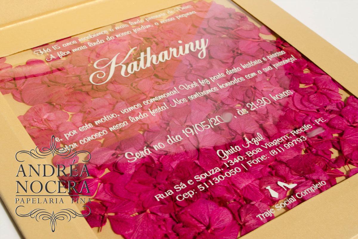 Convite ouro com broche e flores rosa