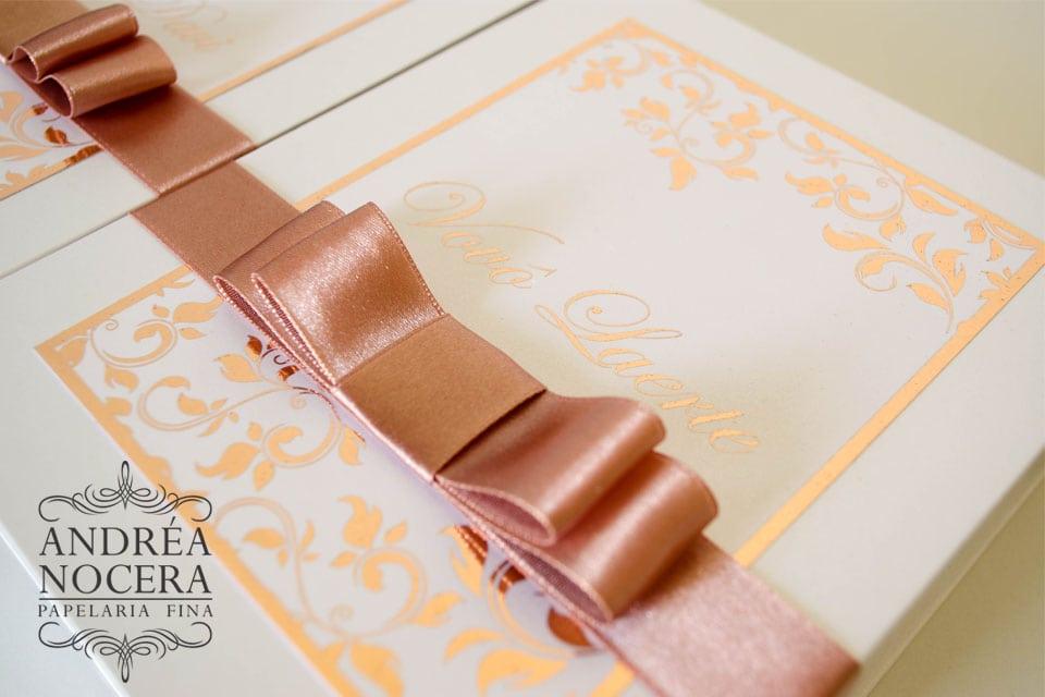 Caixa personalizada cor rosê gold para festa de debutante