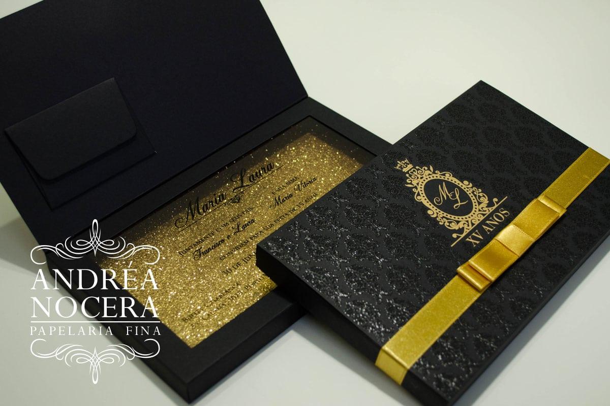 Convite de debutante de caixa com brasão cor dourado e preto
